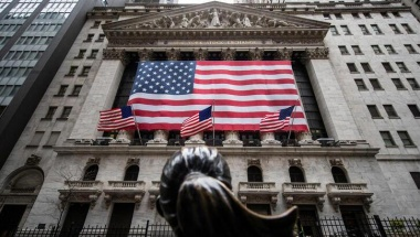 The New York Stock Exchange (NYSE) is seen in the financial district of lower Manhattan during the outbreak of the coronavirus disease (COVID-19) in New York City, U.S., April 26, 2020. REUTERS/Jeenah Moon