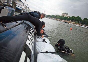 La brigade fluviale de Paris sort un faux corps lors de l'entrainement, le 7 juin 2012. Lucien Lung pour Le Figaro